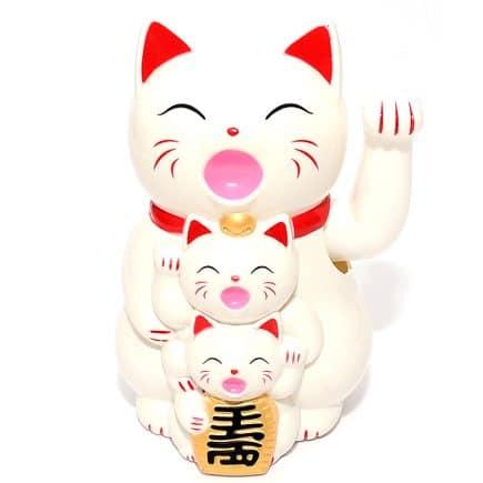 Pisica Maneki Neko alba cu pui, remediu Feng Shui pentru bunastare, bani si prosperitate