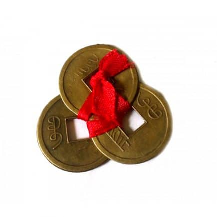 Amuleta cu trei monede chinezesti, remediu Feng Shui pentru bani, protectie si prosperitate